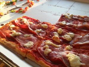Leckere Pizza mit Parma-Schinken